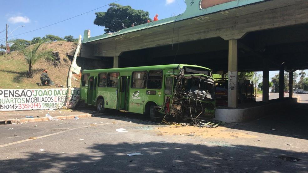 Dezenove pessoas ficaram feridas em queda de viaduto, em Contagem — Foto: Odilon Amaral/TV Globo