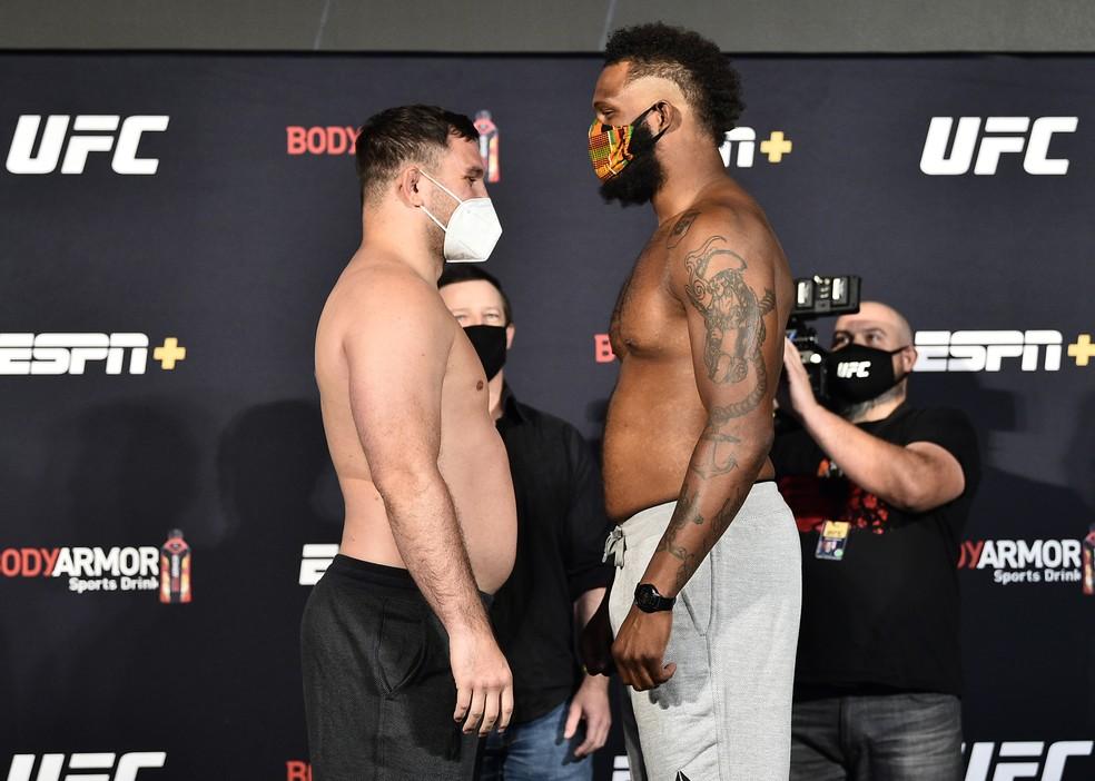 Gian Villante sorri na encarada com Maurice Greene após a pesagem do UFC: Poirier x Hooker — Foto: Getty Images