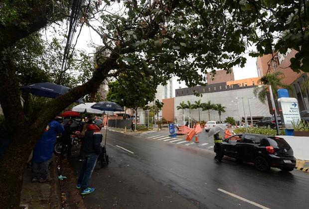 Imprensa e populares aguardam velório de Beatriz Segall (Foto: Francisco Cepeda/AgNews)