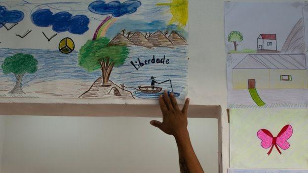 Na cooperativa, as presas têm aulas de desenho, artesanato, costura e design  (Foto: BBC)