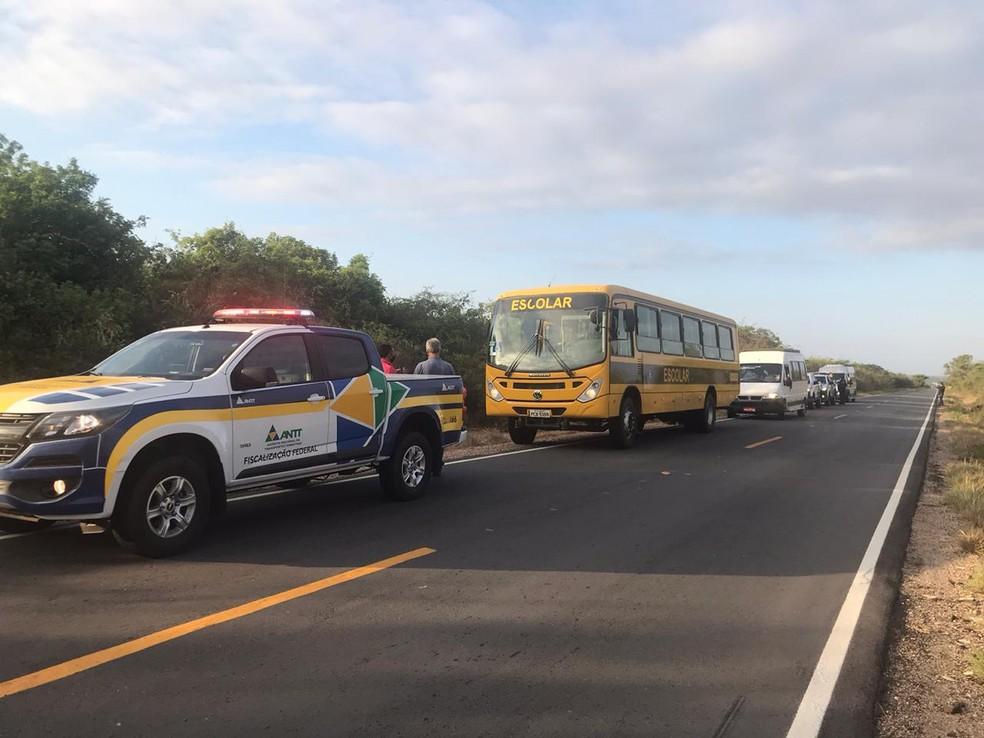 Ônibus apreendido pela ANTT, na divisa entre Pernambuco e Ceará — Foto: Divulgação / ANTT