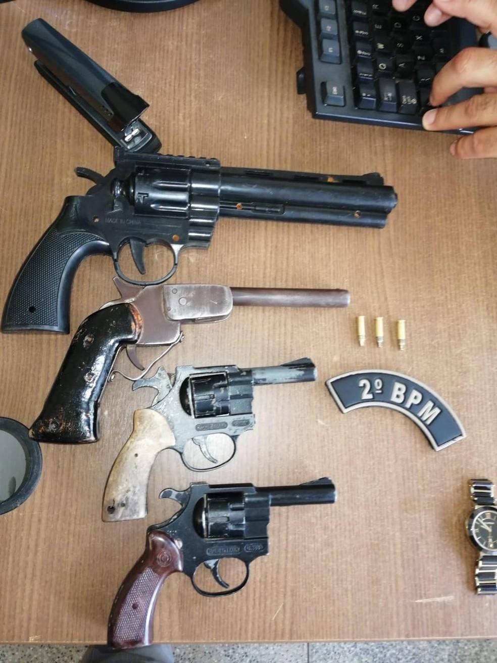 Armas foram encontradas com quadrilha após assalto em loja — Foto: Divulgação/Polícia Militar do Acre