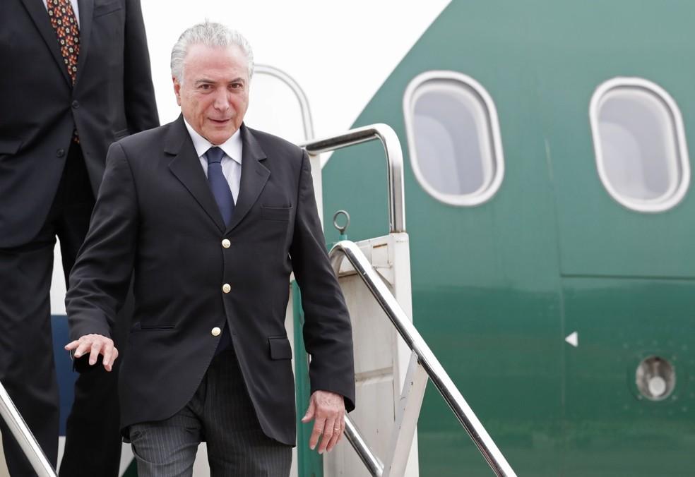 O presidente Michel Temer ao desembarcar em Buenos Aires (Argentina) para o encontro do G20 — Foto: ALEJANDRO PAGNI / AFP