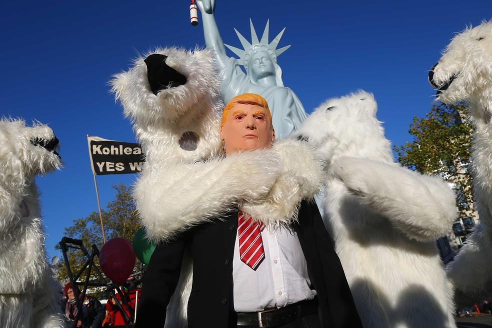 Em protesto na Alemanha no sábado (4), manifestante caracterizado de Donald Trump é 'abraçado' por 'urso polar'.  (Foto: Wolfgang Rattay/Reuters)