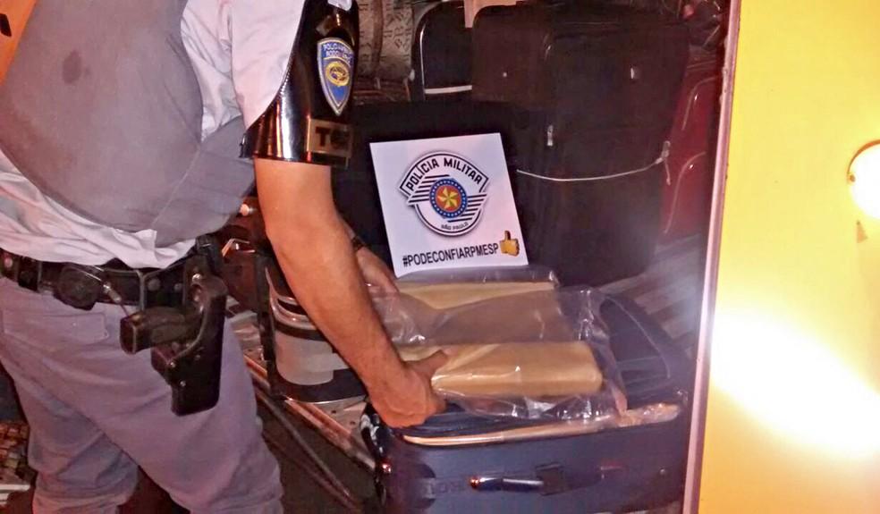 Droga foi localizada no bagageiro externo do ônibus (Foto: Polícia Rodoviária/Cedida)
