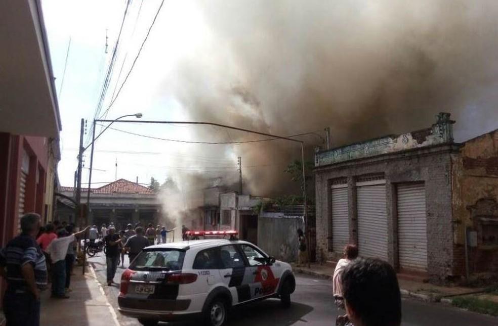 Incêndio em casa e bicicletaria chamou a atenção dos moradores de Rincão (Foto: ACidade ON/Araraquara/Divulgação)