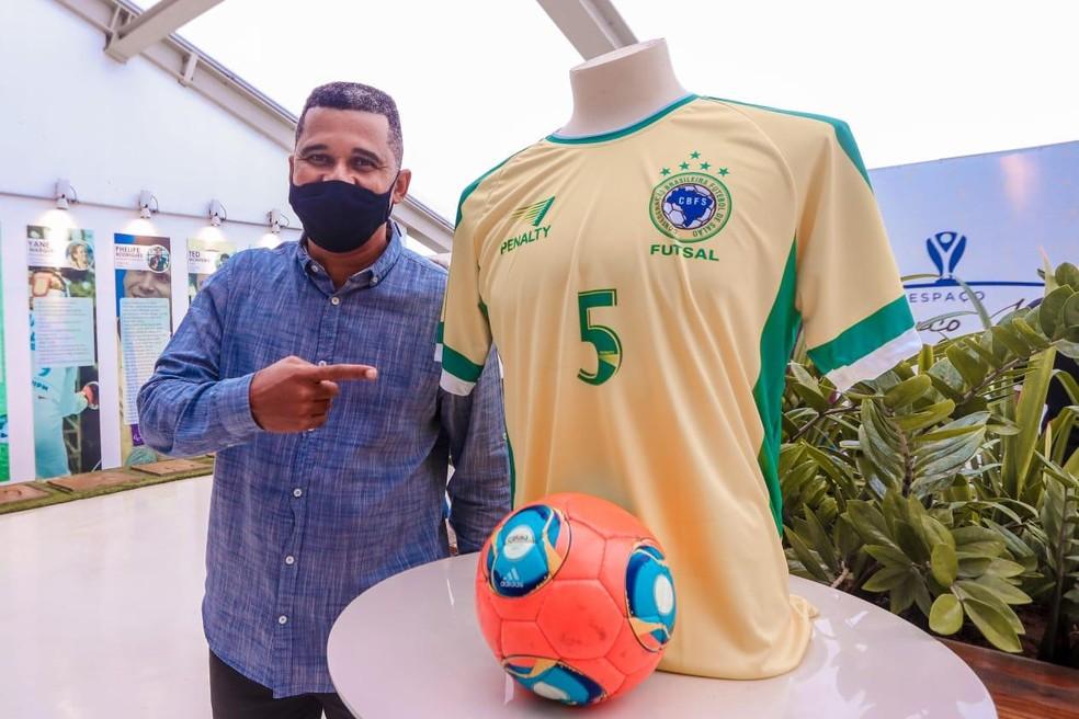 Manoel Tobias recebe homenagem na Arena de Pernambuco — Foto: Kleyvson Santos