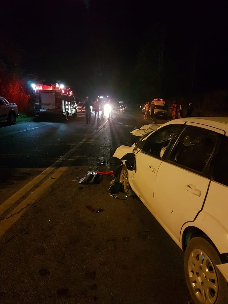 Colisão entre carro e três motos deixa  mortos e feridos na BR-265 em Barbacena