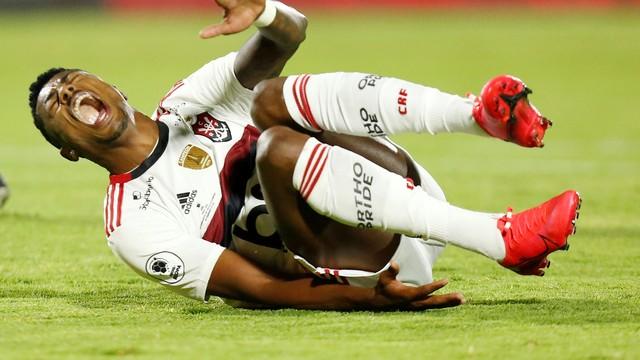Bruno Henrique deixou o estádio de ambulância após choque com o goleiro
