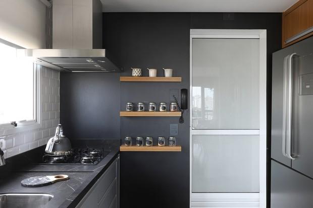 Amplitude, integração, cor e madeira em apê de 108 m² (Foto: FOTOS MARIANA ORSI)