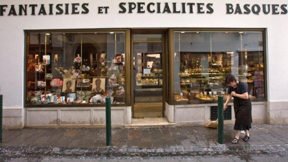 Os proprietários de empresas que aceitam o eusko também são incentivados a usar o idioma euskara além do francês — Foto: Alamy