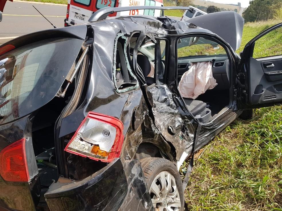 Acidente entre van e carro foi registrado entre Avaré (SP) e Cerqueira César (SP) — Foto: Arquivo Pessoal