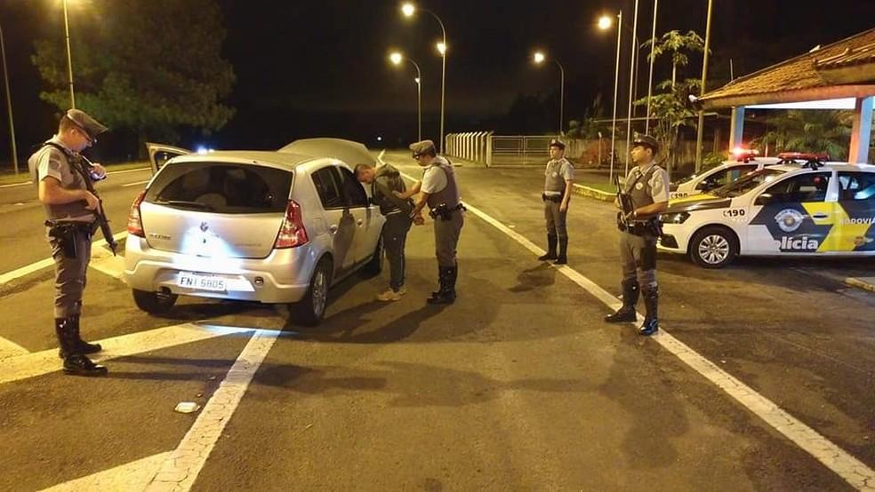 6cded1464b1f6 ... Motorista dirigia carro roubado em Agudos — Foto  Polícia  Rodoviária Divulgação