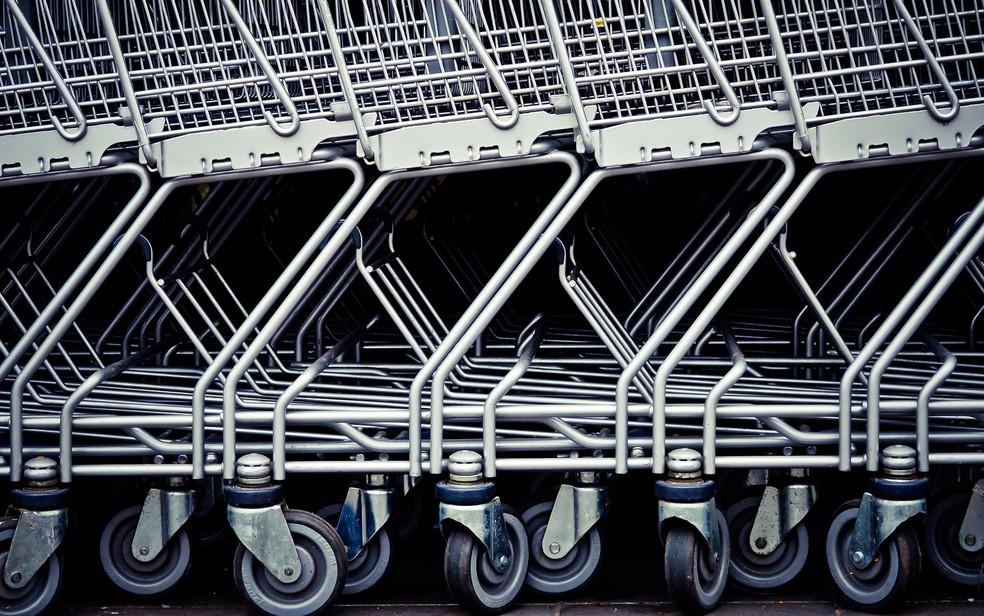 Carrinhos de supermercado enfileirados — Foto: Pixabay/Divulgação