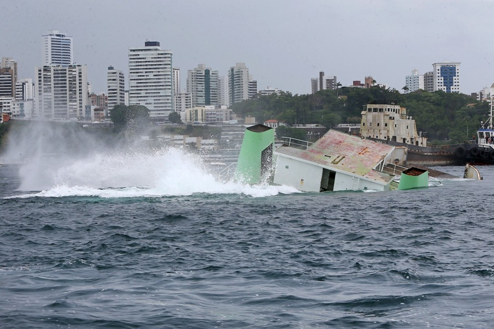Ferry foi afundado na Baía de Todos-os-Santos, em Salvador, para turismo subaquático — Foto: Camila Souza/GOVBA