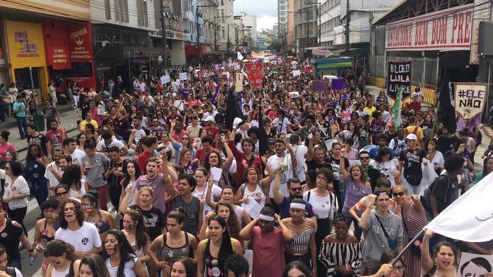 Manifestantes contra Bolsonaro se reúnem no centro de Juiz de Fora (MG) — Foto: Mônica Cury