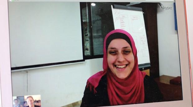 Dina Abu Shaaba, fundadora da Munasabat, dando entrevista por Skype (Foto: Reprodução)