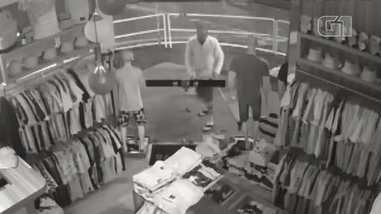 Homem usa rodo para roubar roupas em loja de Maringá; VÍDEO