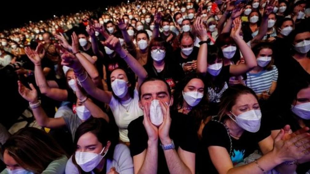 Cerca de 5 mil pessoas compareceram ao show da banda Love of Lesbian — Foto: Reuters via BBC