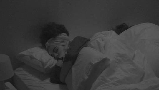 Gabriela e Hana dividem cama no Quarto Diamante