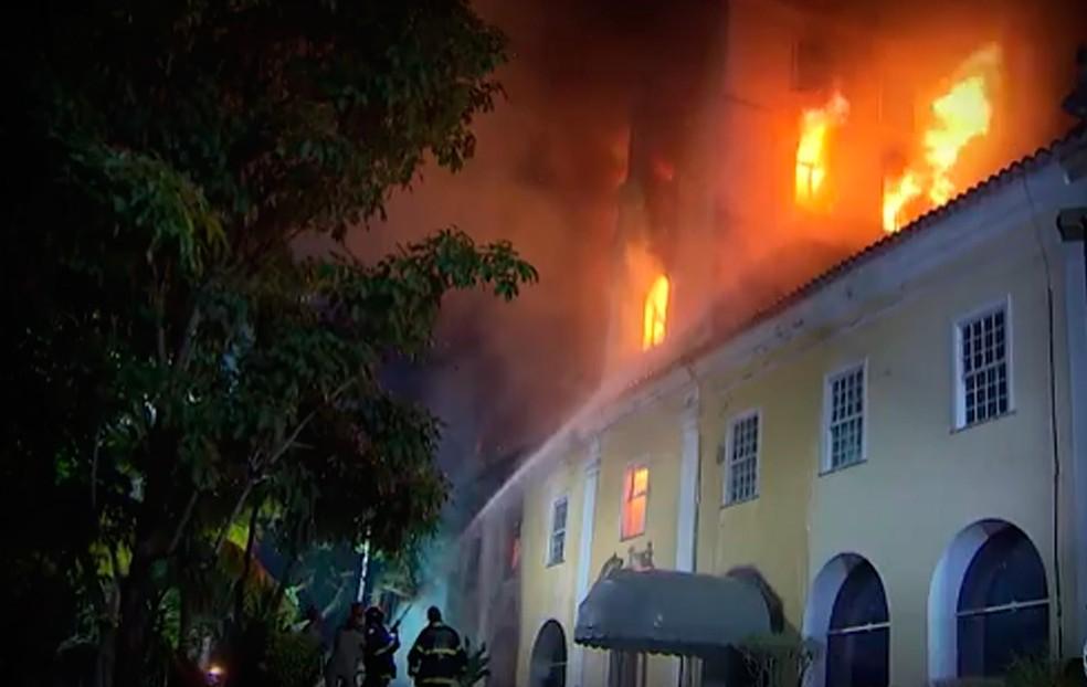 Incêndio atingiu o Parque Solar Boa Vista em 2013, Salvador, Bahia — Foto: Reprodução/ TV Bahia