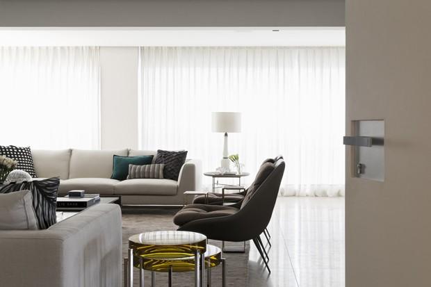 Contraste entre claro e escuro marca décor de apartamento paulistano (Foto: divulgação)