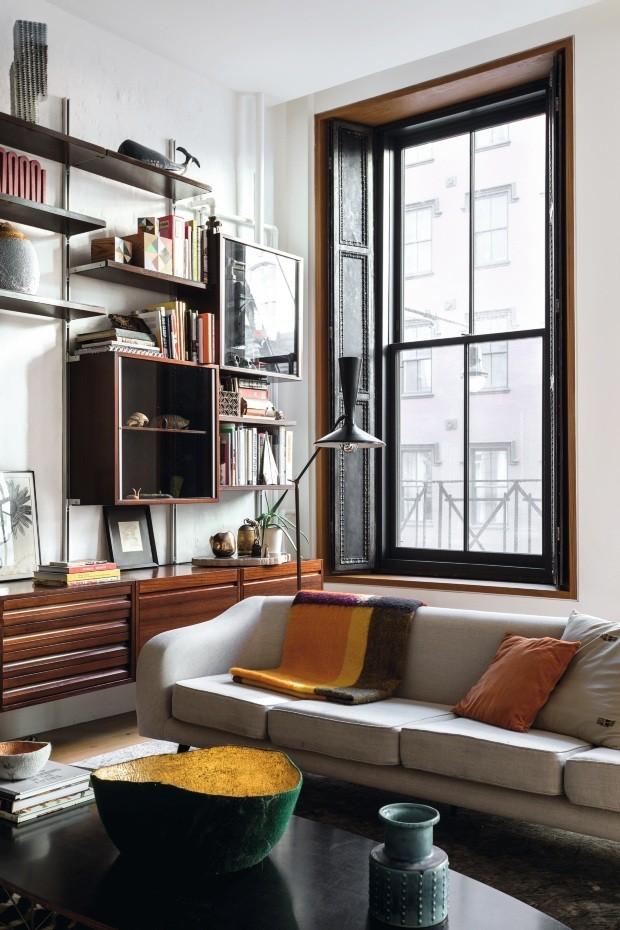 Décor do dia: estante prática e móveis vintage na sala de estar (Foto: Fran Parente)