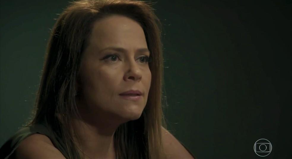 Lili (Vivianne Pasmanter) procura Jacaré (Sérgio Malheiros) na cadeia  — Foto: TV Globo