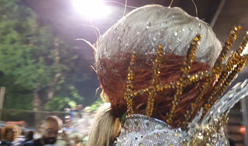 Monika Nascimento, rainha da Rocinha, coloca pedrarias até no cabelo: 'Fantasia custou um carro popular'