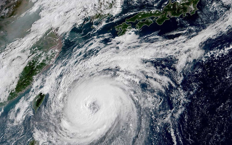 Imagem do satélite NOAA / RAMMB mostra o tufão Trami ao largo da costa sul japonesa — Foto: Agustin Paullier / NOAA / RAMMB / AFP