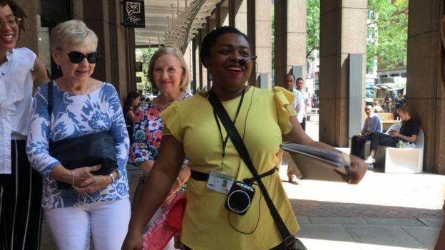 BBC - Damaris Obi lidera um passeio a pé por lugares históricos ligados ao papel da cidade de Nova York na escravidão. (Foto: BBC)