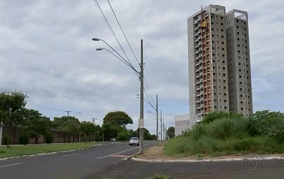 Queda da taxa Selic beneficia mercado imobiliário e de construção civil — Foto: TV TEM/Reprodução