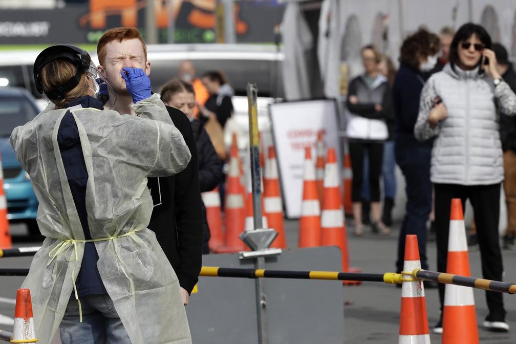 Foto de 17 de abril de 2020 - Equipe médica em uma estação de testes de Covid-19 em Christchurch, na Nova Zelândia — Foto: AP Photo/Mark Baker, File
