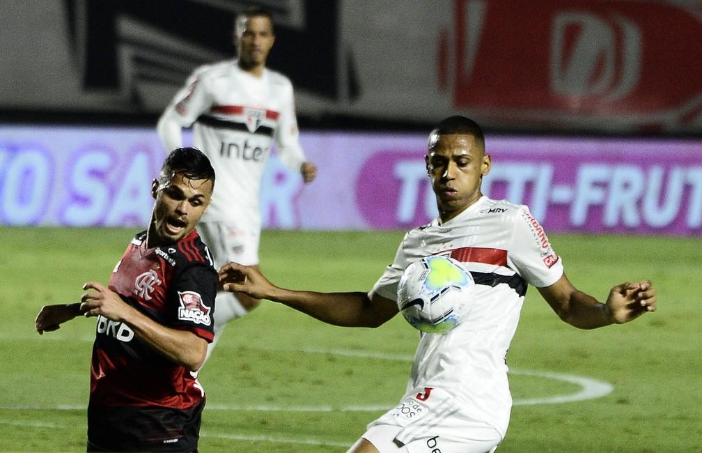 Bruno Alves marca Michael em São Paulo x Flamengo — Foto: Marcos Ribolli
