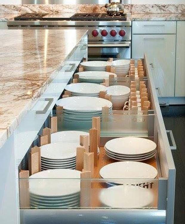 Priorize a organização das louças pelos seus semelhantes, mesmo que os modelos ou estampas sejam diferentes. Por exemplo, junte os pratos rasos em um canto e os fundos em outro. Com os copos é a mesma coisa: você pode deixar os mais longos do lado esquerd (Foto: Reprodução)