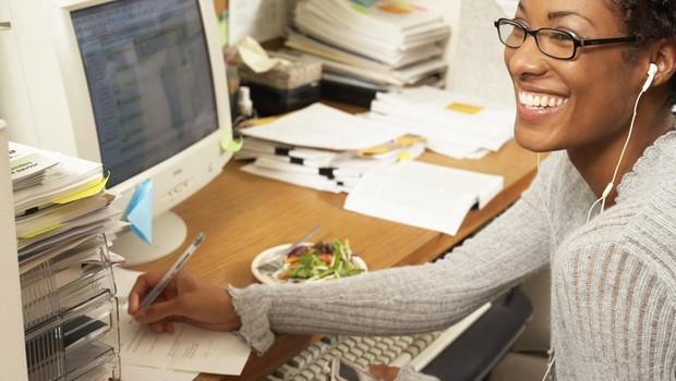 Carreira ; jovem profissional ; baia de escritório ; feliz no trabalho ; felicidade ; trabalho relevante ;  (Foto: Thinkstock)