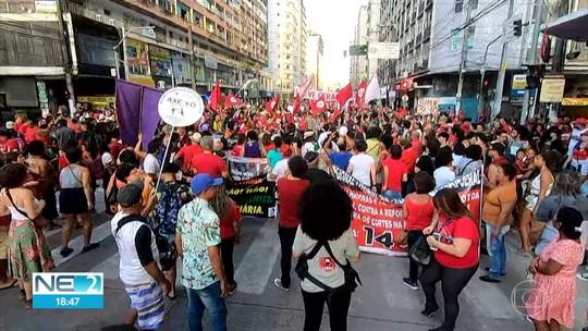 Manifestantes realizam ato contra reforma da Previdência e cortes de verbas na educação
