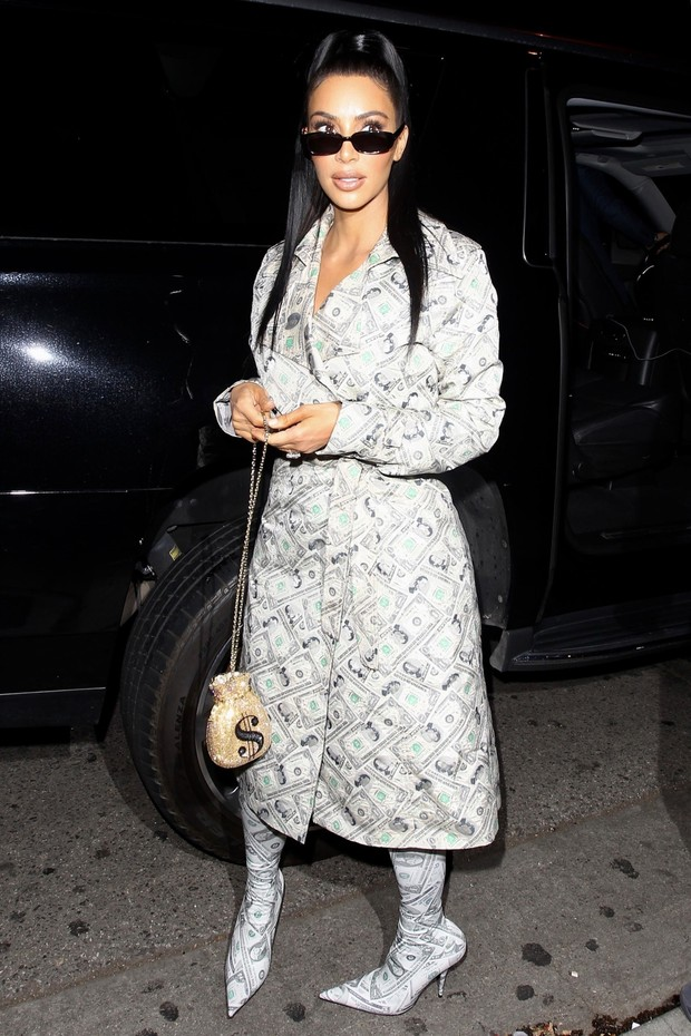 West Hollywood, CA  - TV personality Kim Kardashian was spotted rocking a dollar bill pattern dress and matching boots as she arrived for an appearance at the Anastasia Cosmetics launch event at Delilah nightclub in West Hollywood.Pictured: Kim Kardas (Foto: HEDO / BACKGRID)