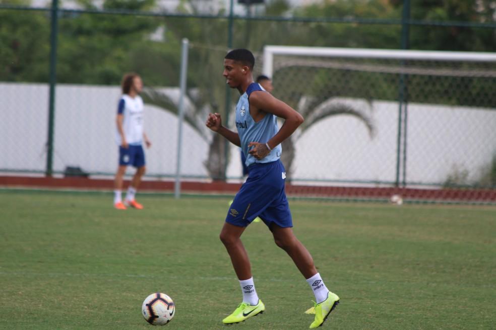 Em treinos no Rio de Janeiro, Jean Pyerre apenas correu no gramado — Foto: Eduardo Moura