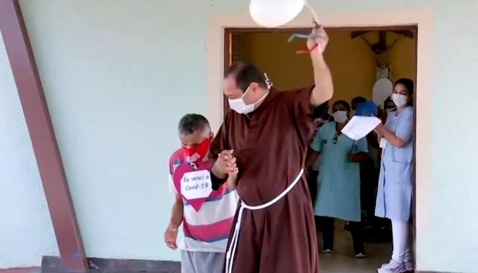 Idosos infectados pela Covid em casa de repouso têm alta hospitalar em Pirajuí — Foto: TV TEM/Reprodução