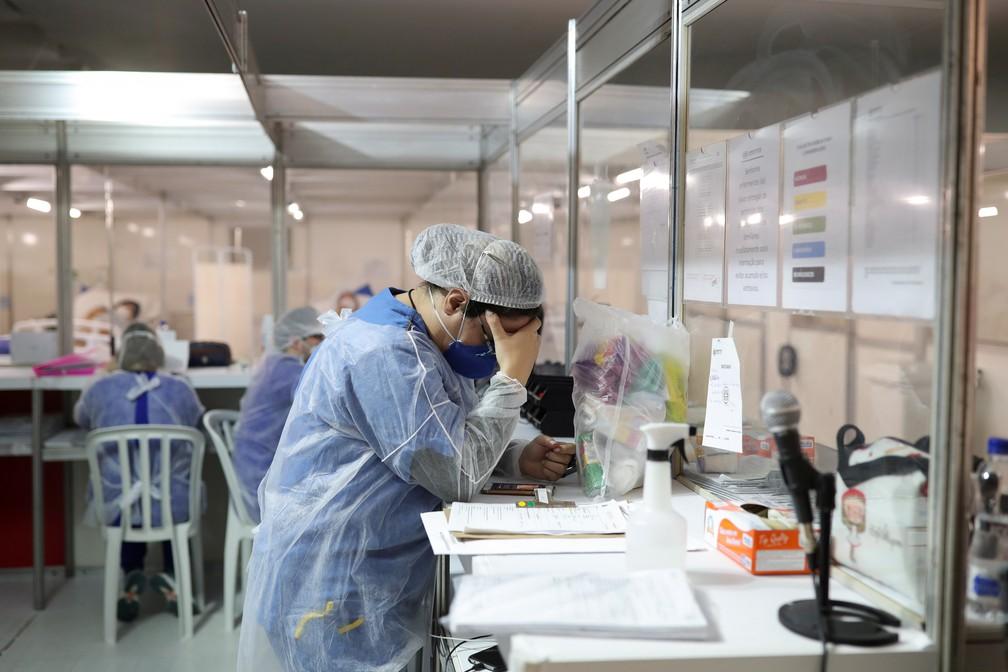 12 de maio - Profissional da saúde é visto em hospital de campanha criado para tratar pacientes com coronavírus (COVID-19), em Guarulhos, São Paulo — Foto: Amanda Perobelli/Reuters