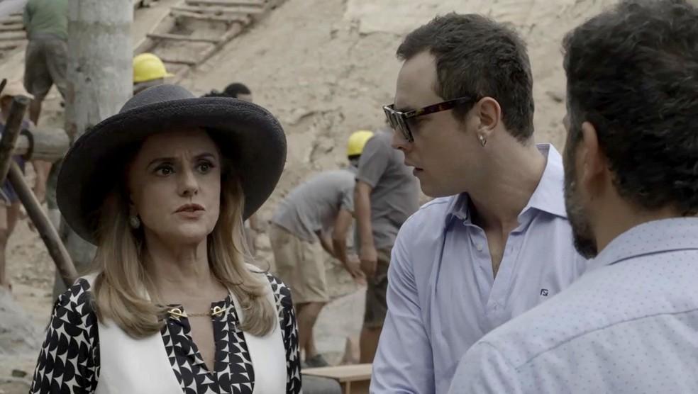 Sophia se preocupa apenas com o prejuízo que o acidente vai lhe causa (Foto: TV Globo)
