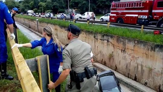Carro bate em caminhão e cai dentro do Córrego Botafogo, em Goiânia