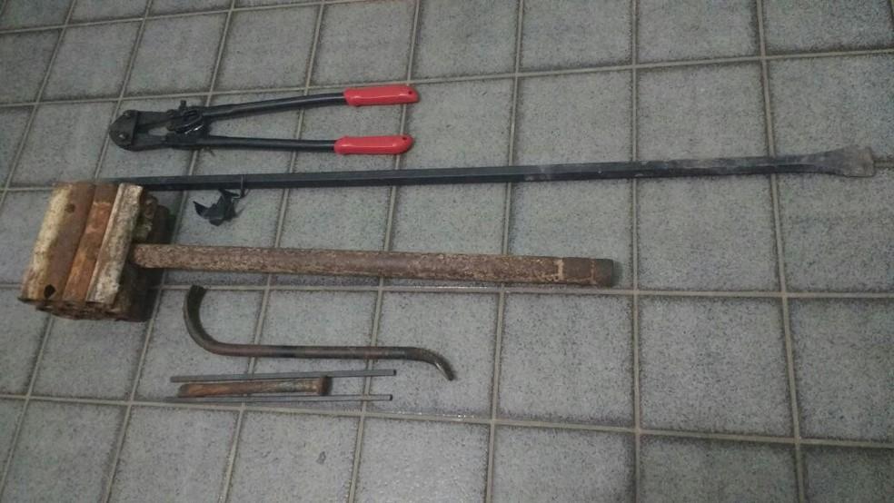 Equipamentos usados em arrombamentos estavam dentro de carro  (Foto: Divulgação/ Polícia Civil)
