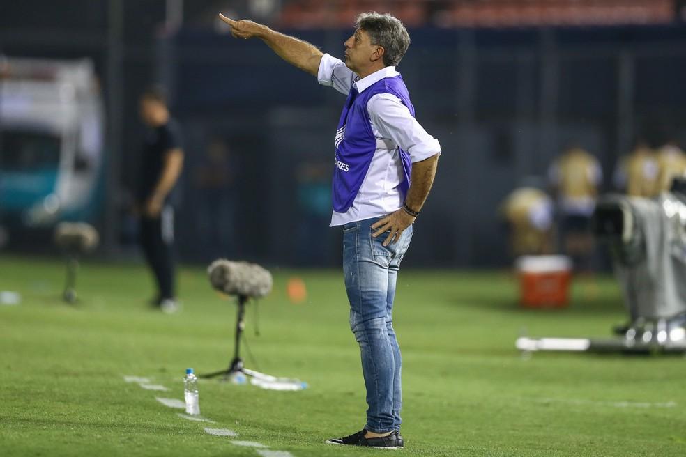 Renato Gaúcho à beira do campo contra o Libertad — Foto: Lucas Uebel/GREMIO FBPA