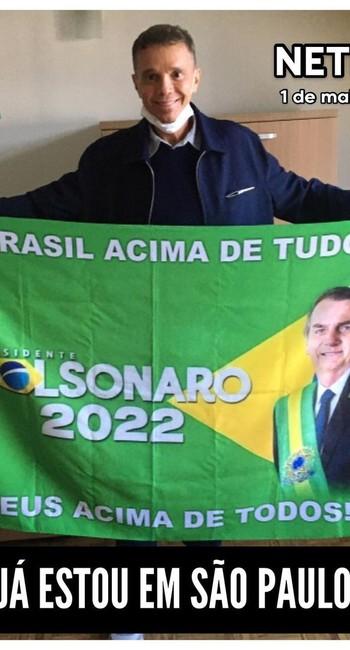 Cantor Netinho com bandeira a favor de Bolsonaro