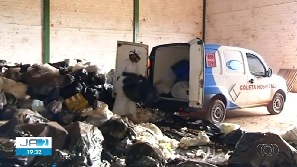 Lixo hospitalar é retirado de galpão por empresa contratada pela prefeitura — Foto: Reprodução/TV Anhanguera