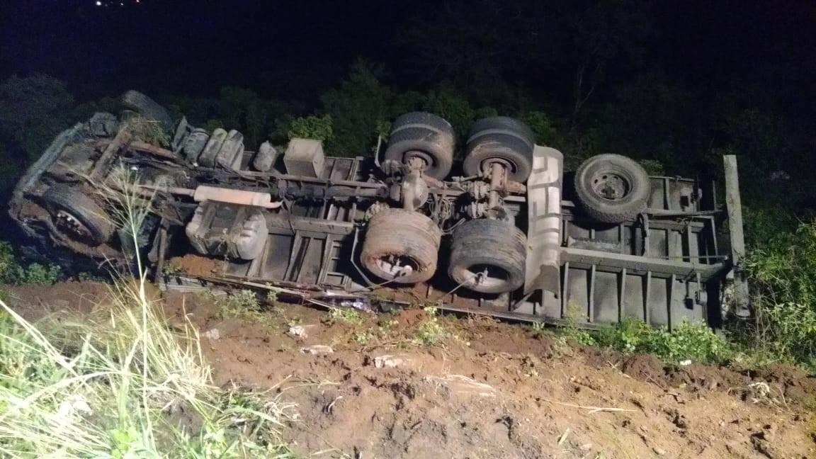 Motorista fica ferido após caminhão capotar em Igaci, AL