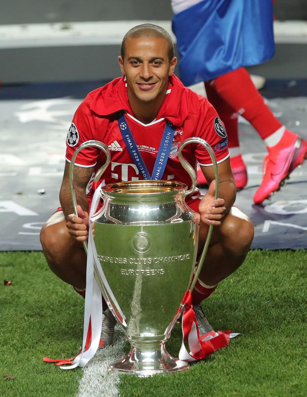 Thiago Alcântara com o troféu da Liga dos Campeões conquistado pelo Bayern de Munique — Foto:  Miguel A. Lopes/Pool via REUTERS