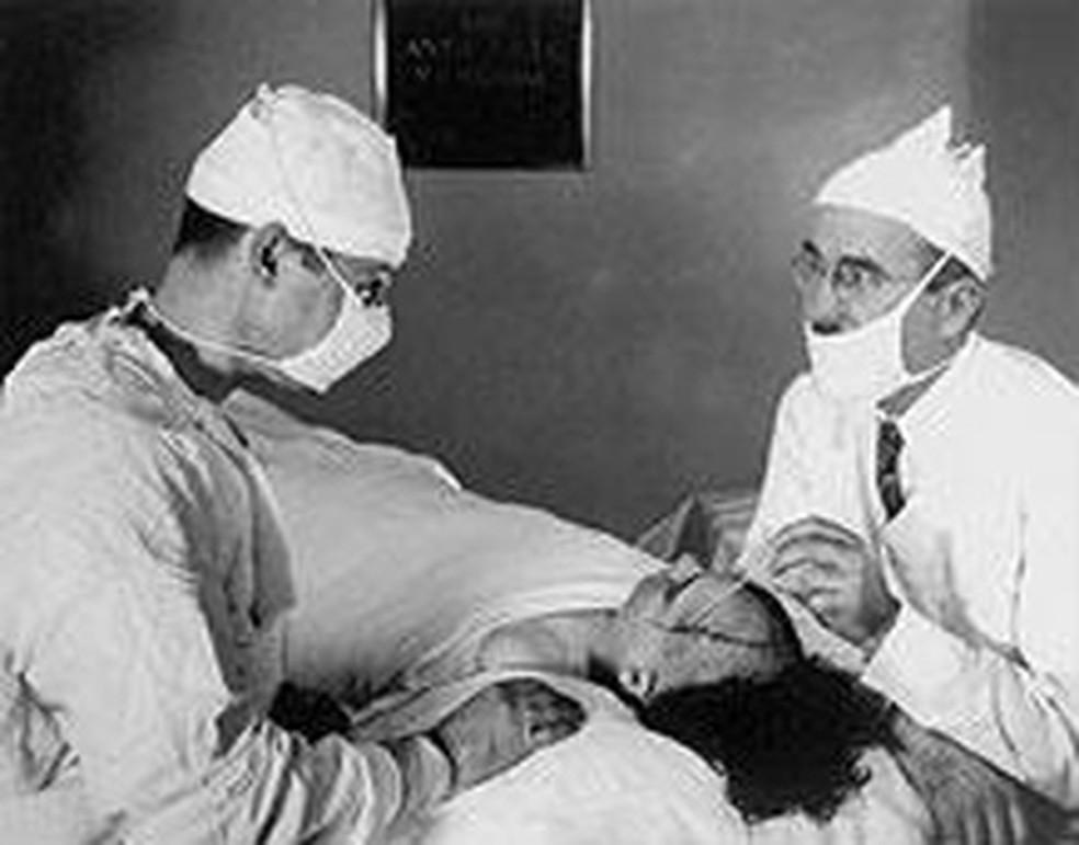 James Watts e Walter Freeman realizando a lobotomia — Foto: Discover Magazine/wiki commons